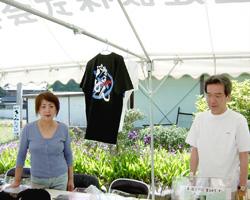 麺通団のTシャツを売っていたご夫婦