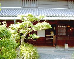 山田家の母屋と庭