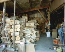 やまうち 薪が積み上げてある小屋